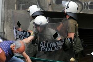 """Gibt es eine Alternative? Zusammenstoß zwischen der Polizei und Demonstrant in Athen im Juni 2011. Urheber: Ggia; Lizenz:  Creative-Commons-Lizenz """"Namensnennung – Weitergabe unter gleichen Bedingungen 3.0 nicht portiert""""; die Originaldatei findet sich hier."""