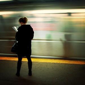 Lesende Frau in der New Yorker U-Bahn Datum: 24. Januar 2006 Urheber: Mo Riza aus Mo Town, USA Lizenz:  Creative Commons Attribution 2.0 Generic Die Originaldatei kann hier eingesehen werden.